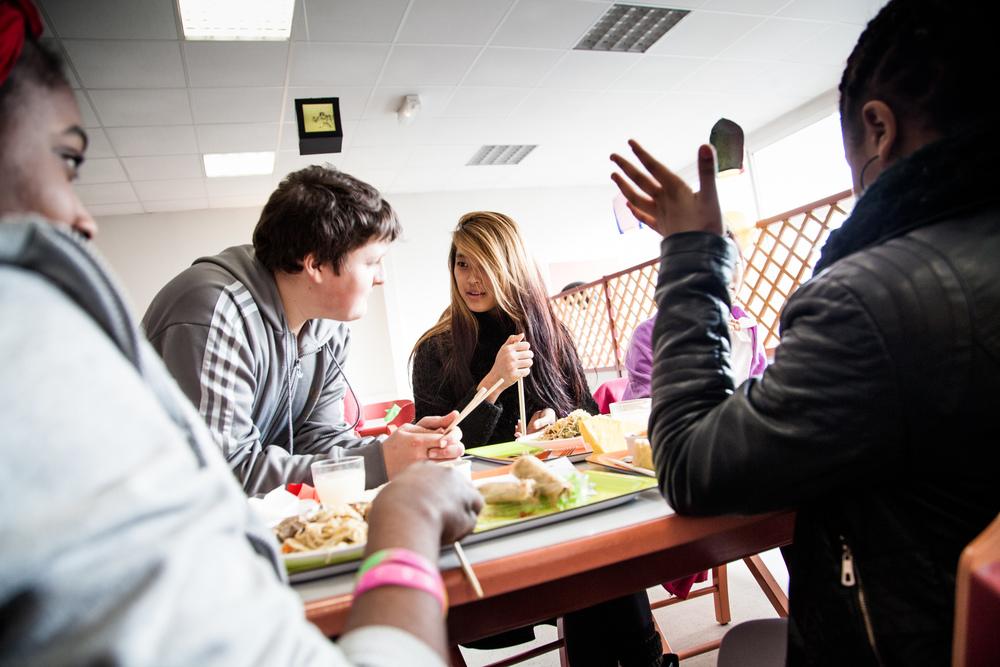 Khalsang est arrivée du Tibet il y a un an. Chaque mercredi matin, elle suit les cours de FLS ( Français Langue Seconde) avec d'autres élèves,arrivés il y a peu de Russie, de Georgie ou de Guinée. Le nombre d'heures est modulé selon le niveau et la progression des élèves. Le reste de la semaine, ils suivent les cours dans leurs classes respectives.  Extrait du projetLes pieds dans la Franceco-réalisé avecStéphane DouléetCamille Millerand.   http://www.unpieddanslafrance.fr/evreux