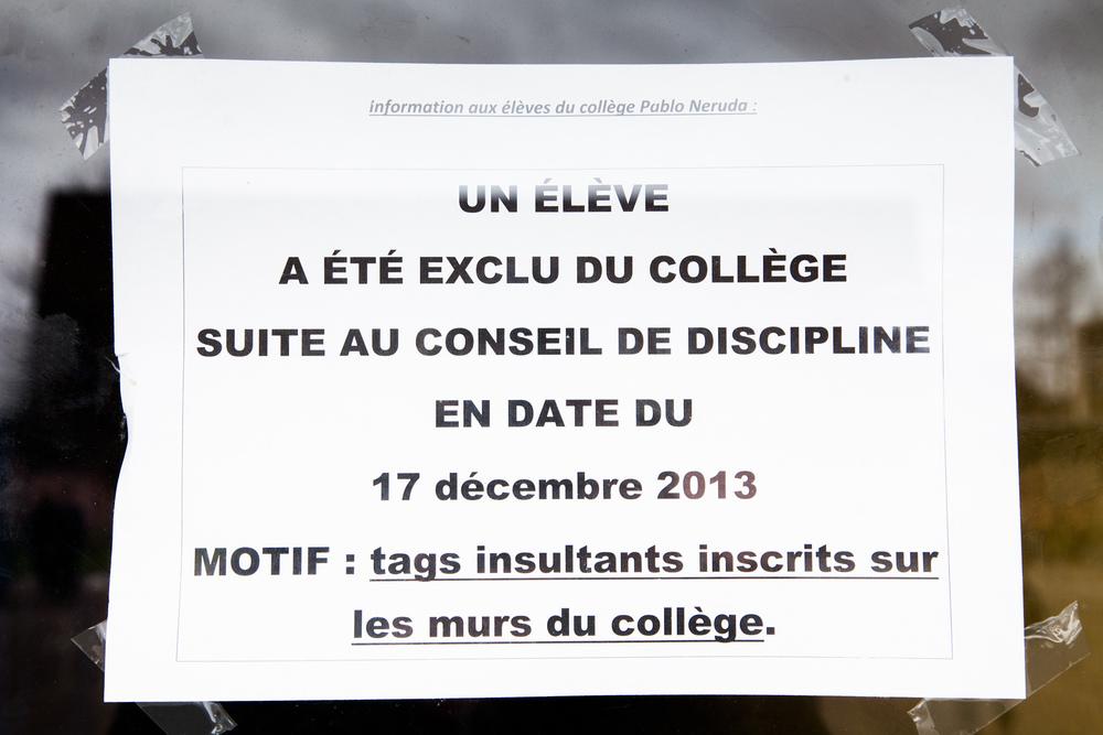 Sur une des portes du collège, un message à l'attention des élèves.  Extrait du projetLes pieds dans la Franceco-réalisé avecStéphane DouléetCamille Millerand.   http://www.unpieddanslafrance.fr/evreux