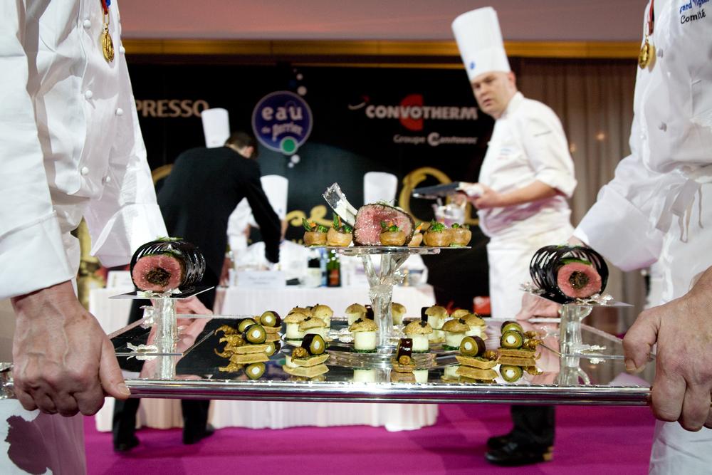 Les plats sont présentés au public et à chaque membre du jury, qui prend le temps d'évaluer et de noter la présentation.