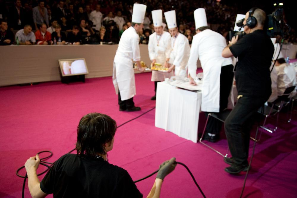 Le concours est filmé et retransmis en direct sur un écran géant et sur le site internet de l'évènement.