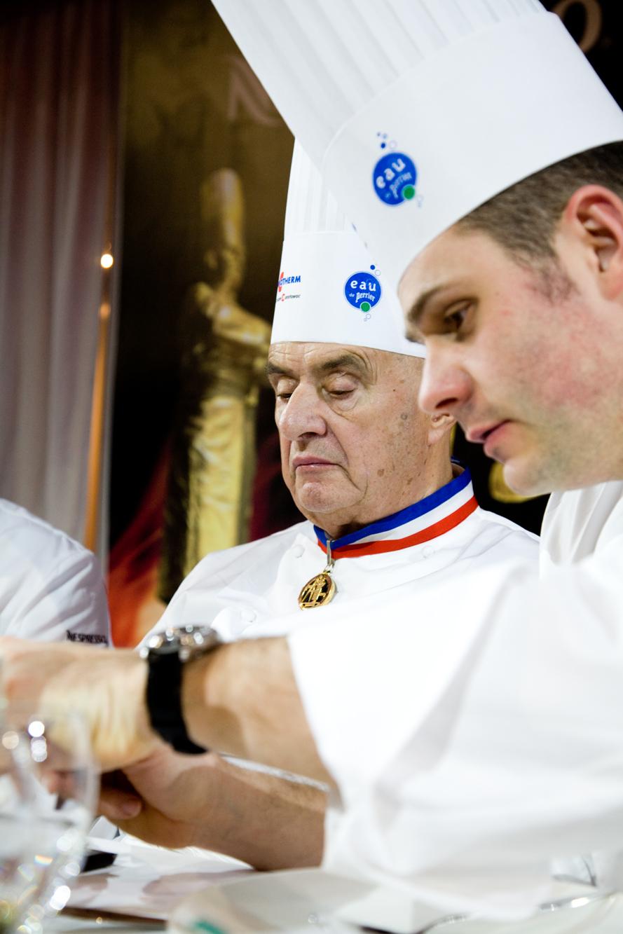Paul Bocuse, légende vivante déguste le plat d'un concurrent assisté de Fabrice Desvignes, Chef du Sénat. La note gustative est plus importante que la note de présentation.