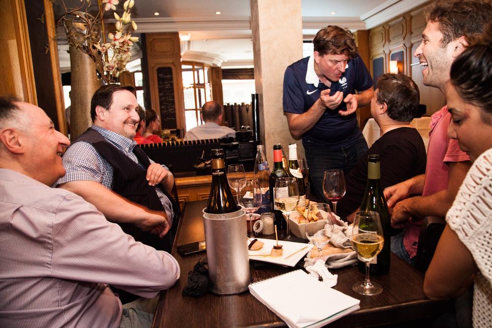 En fin de journée, Philippe Conticini retrouve son frère et des proches dans le restaurant d'un ami, pour regarder un match de la coupe du monde de football. L'équipe de France joue ce soir.