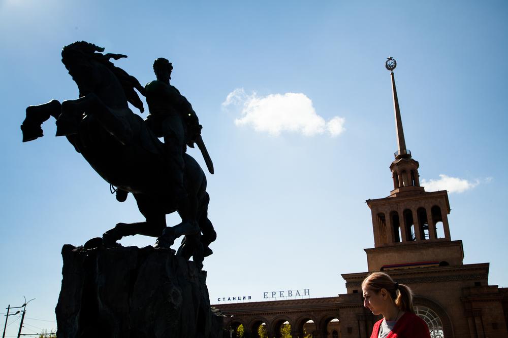 Devant, une sculpture d'Ervand Kotchar. Derrière, la gare de Yérévan. Au sommet, l'étoile des pays frères.