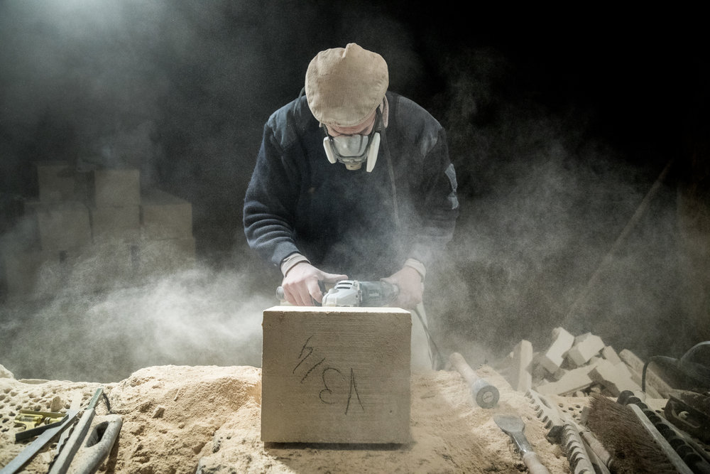 Steve Paton , Meilleur Ouvrier de France, tailleur sur pierre. Son atelier de taille se trouve dans une ancienne champignonnière, près de Chantilly.