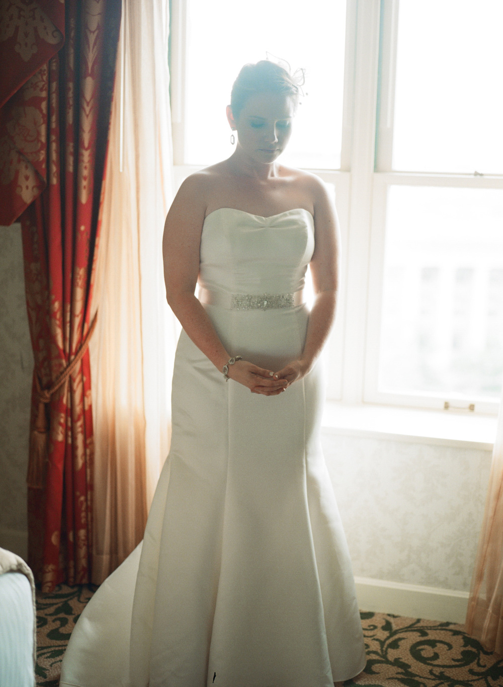 284-bride-getting-ready-at-williard-hotel.jpg