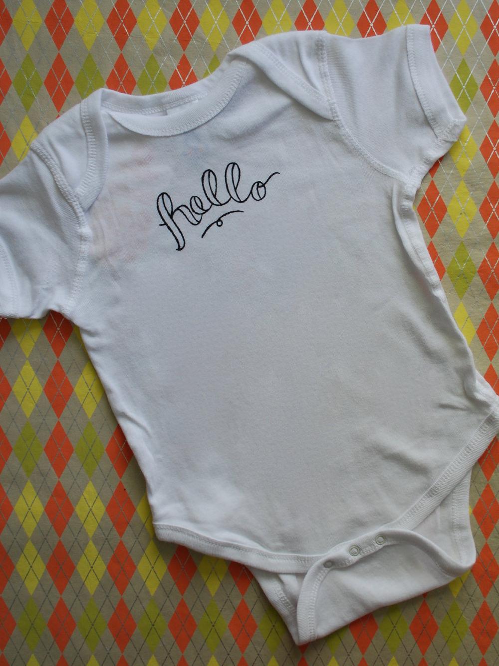 jessicapalola_lettering_onesie_hello_2.jpg