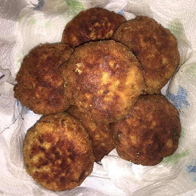 Making salmon patties and thinking fond thoughts about my mom. When I was a kid, she always made salmon patties with rice and peas. It is still one of my favorite meals! Everytime I make this dish I think of her ❤️❤️❤️ #salmonpatties #memoriesofmymother