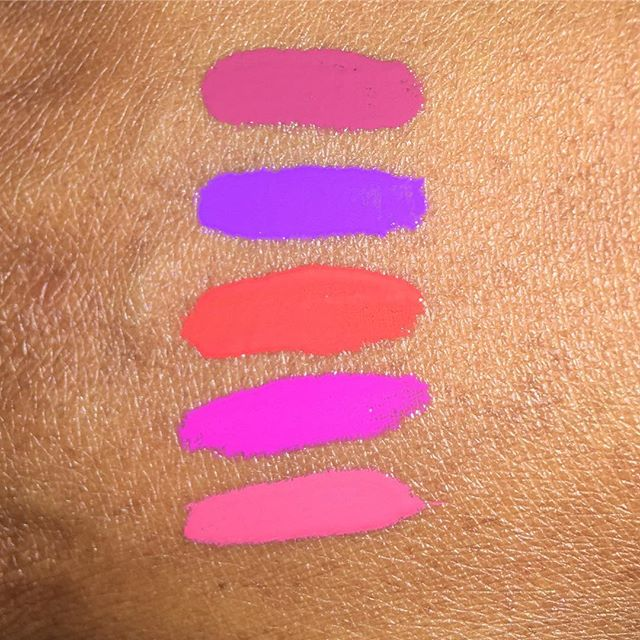 I ❤️ the #nyxbuttergloss!!! They are pigmented and quickly they build up to opaque coverage, they blend easily with a lip liner, and they are slightly moisturizing to the lips. The color range is bold, vivid and just right for deeper complexions. I also love that they make my lips look healthy and juicy. Colors from top to bottom: toasted marshmallow, berry strudel, orangesicle, funnel delight, and napoleon.