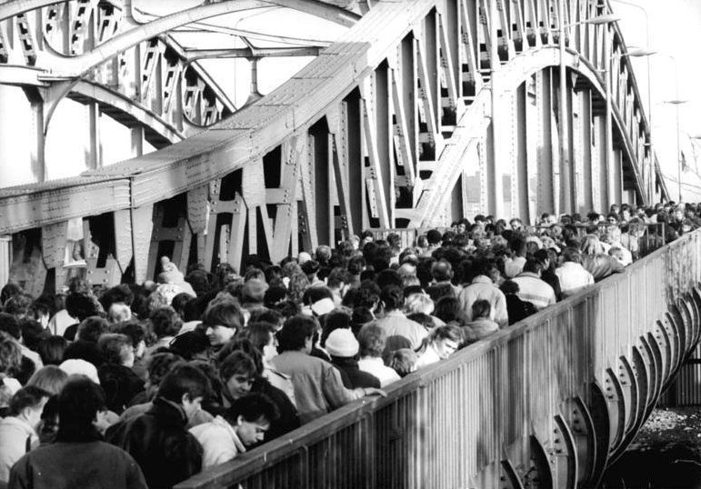Crowds crossing the Bösebrücke at the Bornholmer Straße border crossing on 18 November 1989