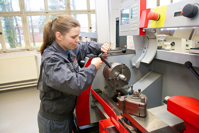 Many Germans who wish to learn a craft complete an apprenticeship. Image: Arbeitgeberverband Gesamtmetall / Flickr
