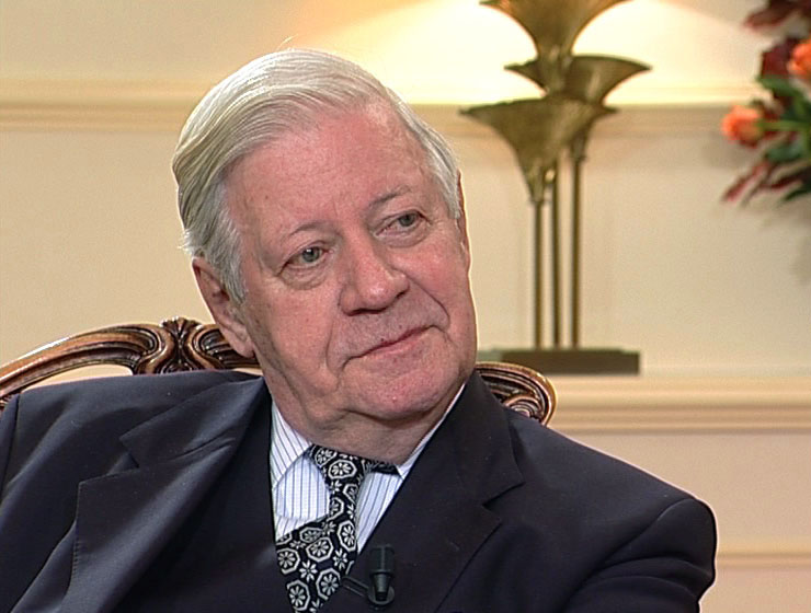 Helmut Schmidt has successful emergency operation.