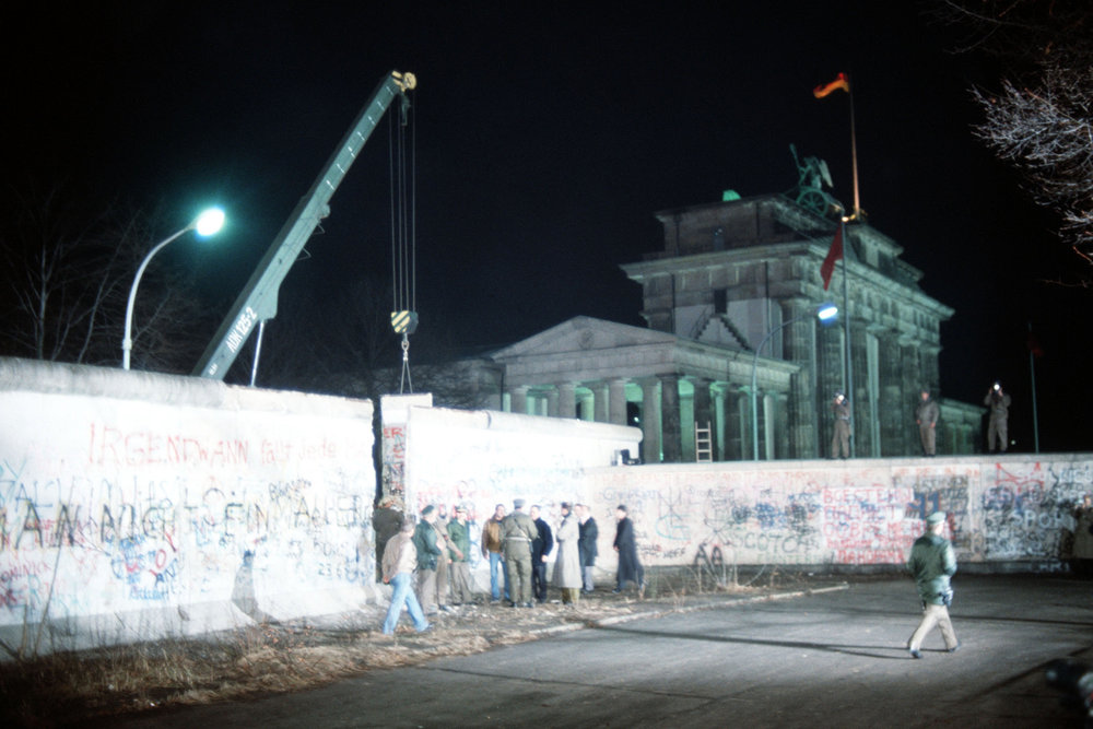 Crane_removed_part_of_Wall_Brandenburg_Gate.jpg