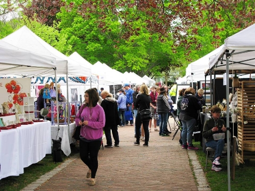 Crafts in the Park is a juried crafts fair with unique hand-crafted items from all over New England, including specialty food tents and vendors plus toe-tapping music from Mill City Jazz Band! A great family day!