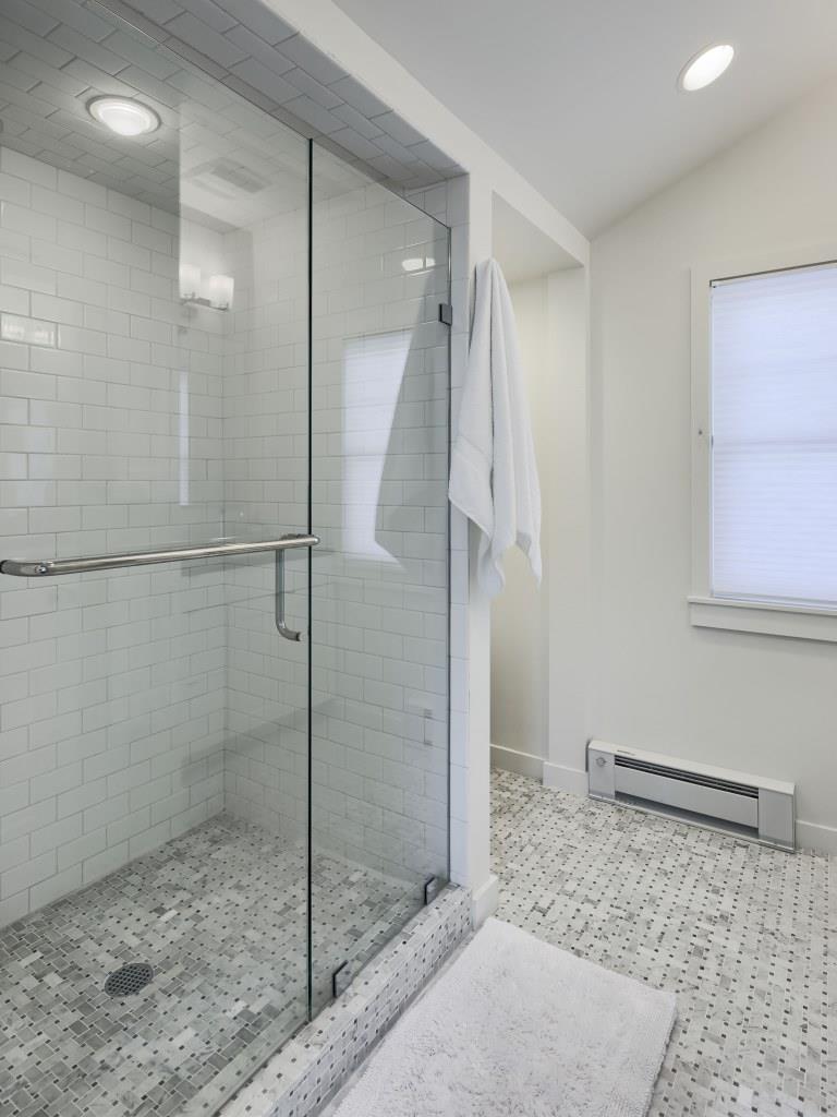 924 Main Bathroom-02.jpg