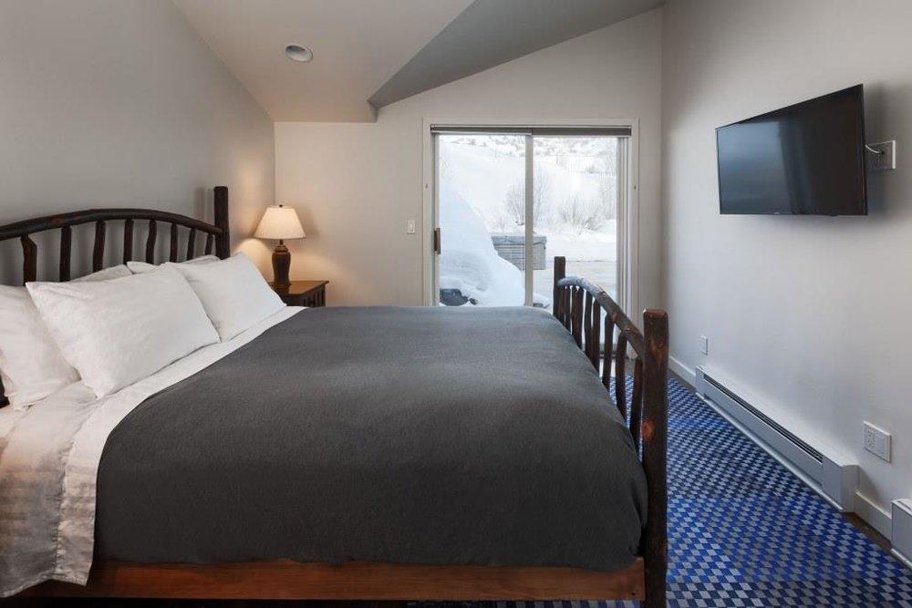 924 Main Bedroom 1 B.jpg