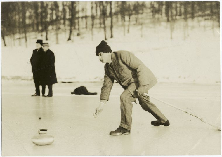Curling - Delivering. Photographer: Paul Thompson