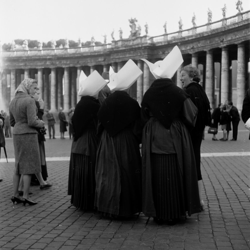 Piazza San Pietro   Rome, 1950-65 ©  Georgina Masson Print from negative