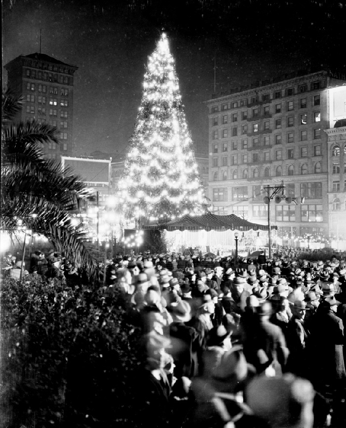 Christmas tree in Union Square, San Francisco, December 1929.*  Marilyn Blaisdell Collection. Source:  OpenSFHistory/wnp37.01765.jpg