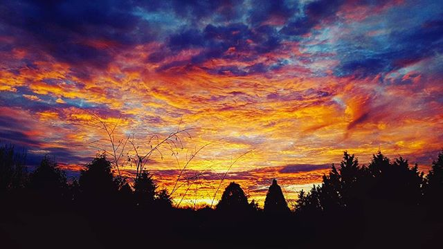 Happy New Years 2018 our first Sunrise is here! Home sweet home. #2018sunrise #2018 #newyears #sky #sunrise #cloud #richmond #Vancouver #photographybydustin