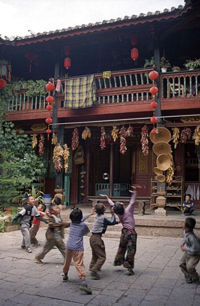 Children in Lijiang, China. Image by Ren.