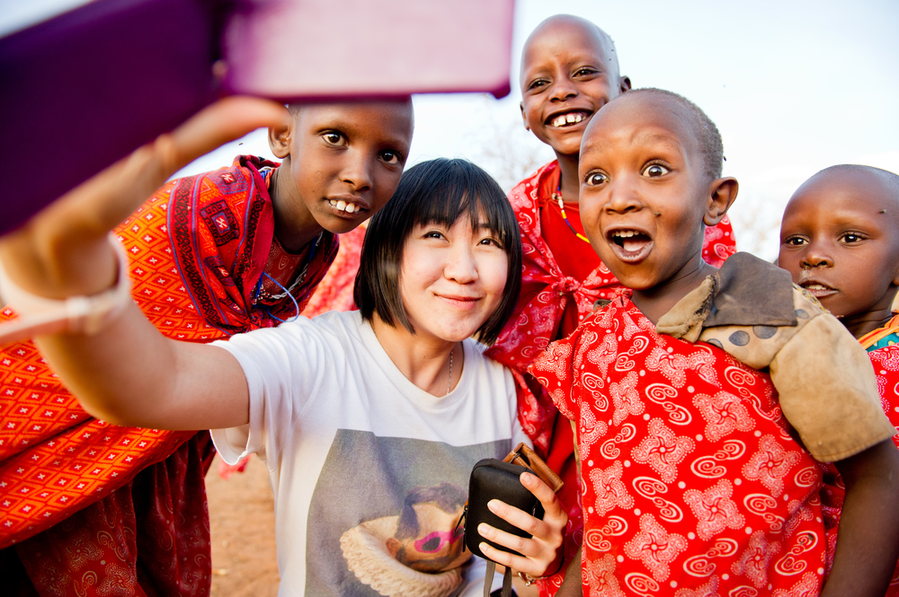 Huiwen takes a selfie with Maaasai children in Kenya.