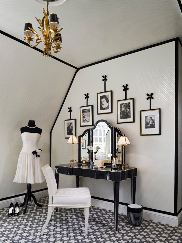 Opposite of White Black trim in a room is the total opposite of the expected white trim, but it works perfectly when done properly. Ornate trim benefits from black paint, and gives the space a more sophisticated, regal, and elegant feel.