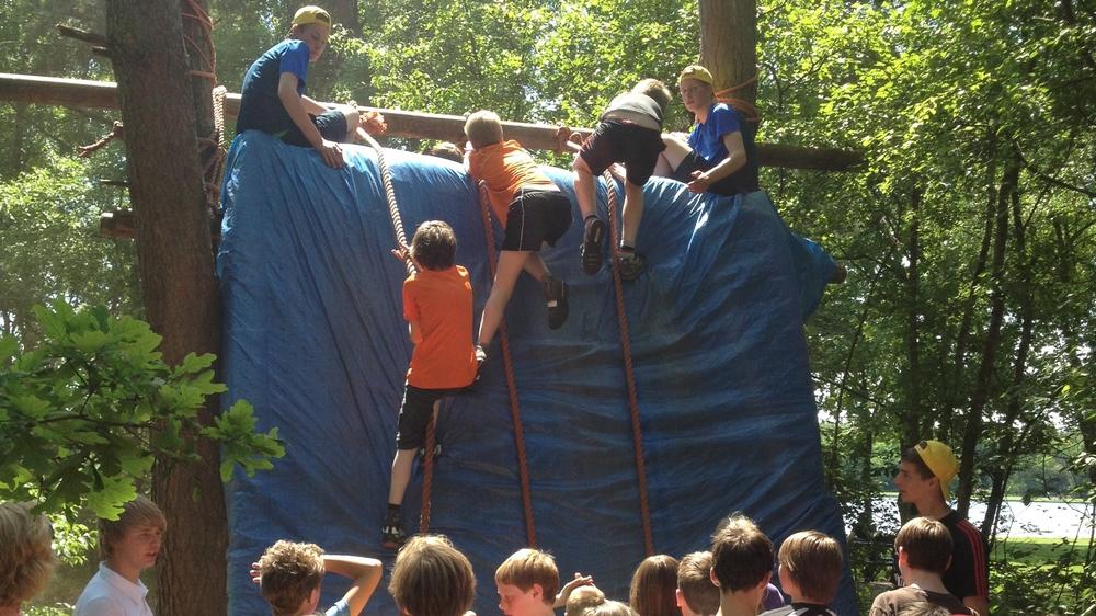 Junglebaan; wie durft er over de steile wand te klimmen?