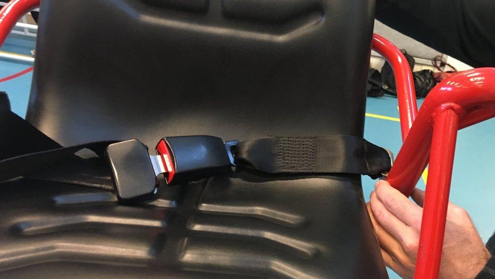 De veiligheidsriem is eenvoudiger te bevestigen dan de spanband die nog op veel saltostoelen te vinden is.