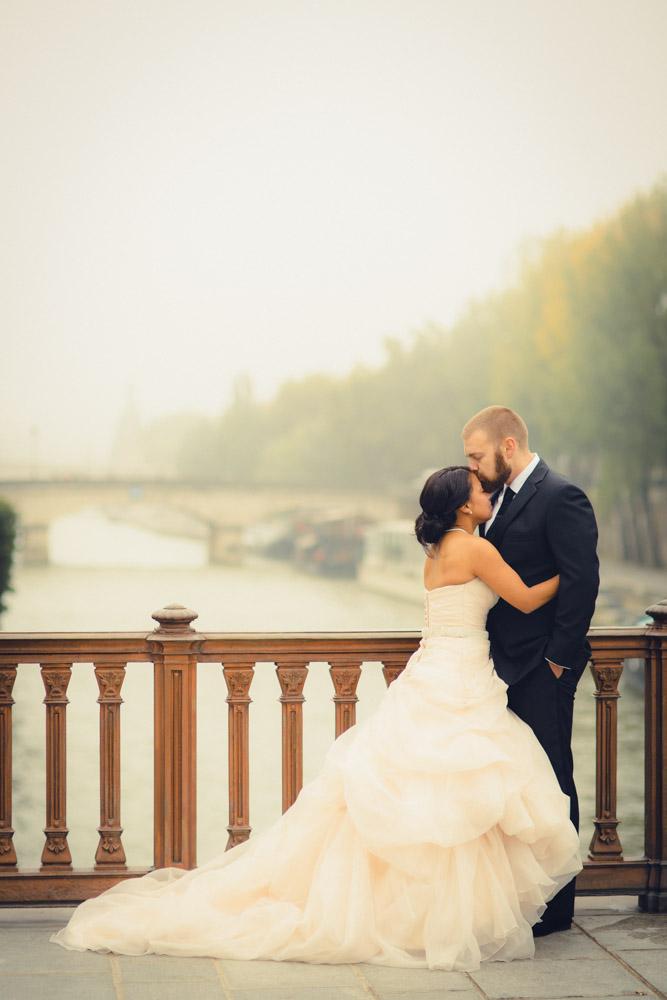 Honeymoon Photos in Paris. Vacation Photographer. Louvre. Notre Dame. Arc de Triomphe. Pont des Arts