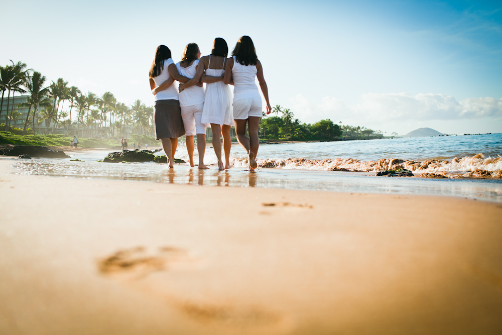 Flytographer in Maui. Hire a vacation photographer in Maui. Family reunion photos