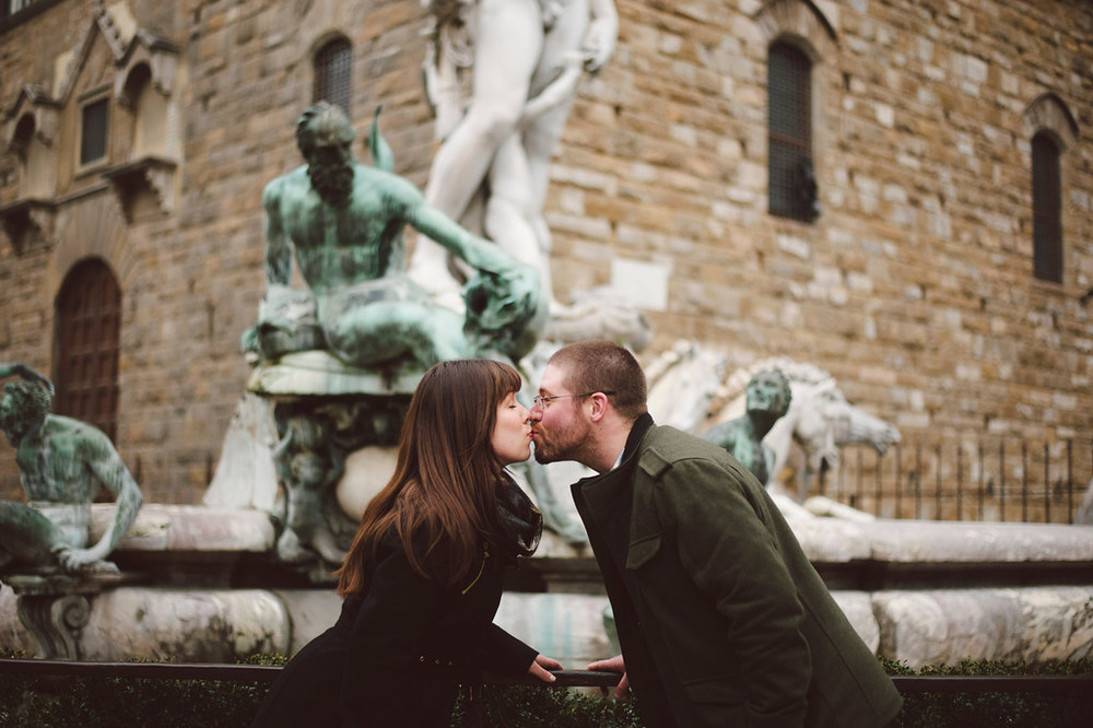 flytographer-florence-kiss-couple