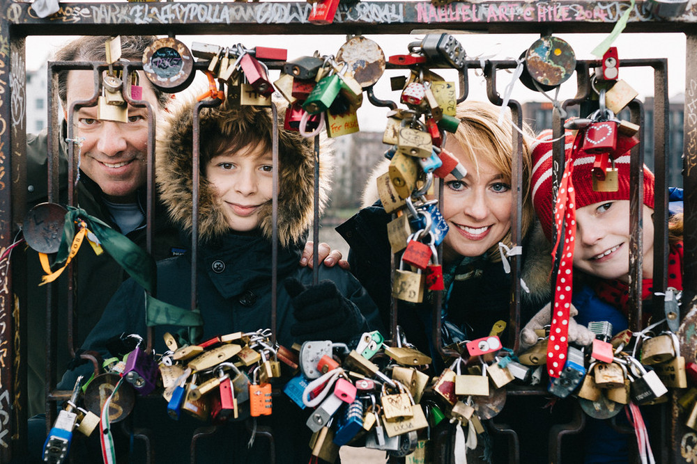 flytographer-berlin-wall-art-family