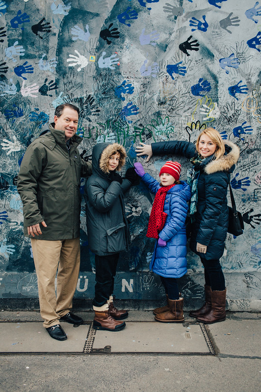 flytographer-berlin-wall-art-family