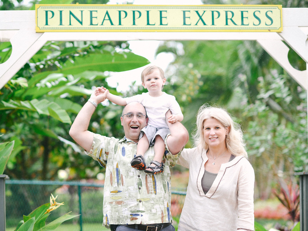flytographer-oahu-family-hawaii-pineapple