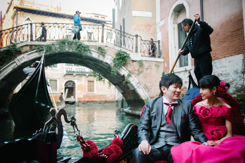 flytographer-venice-honeymoon-couple-gondola