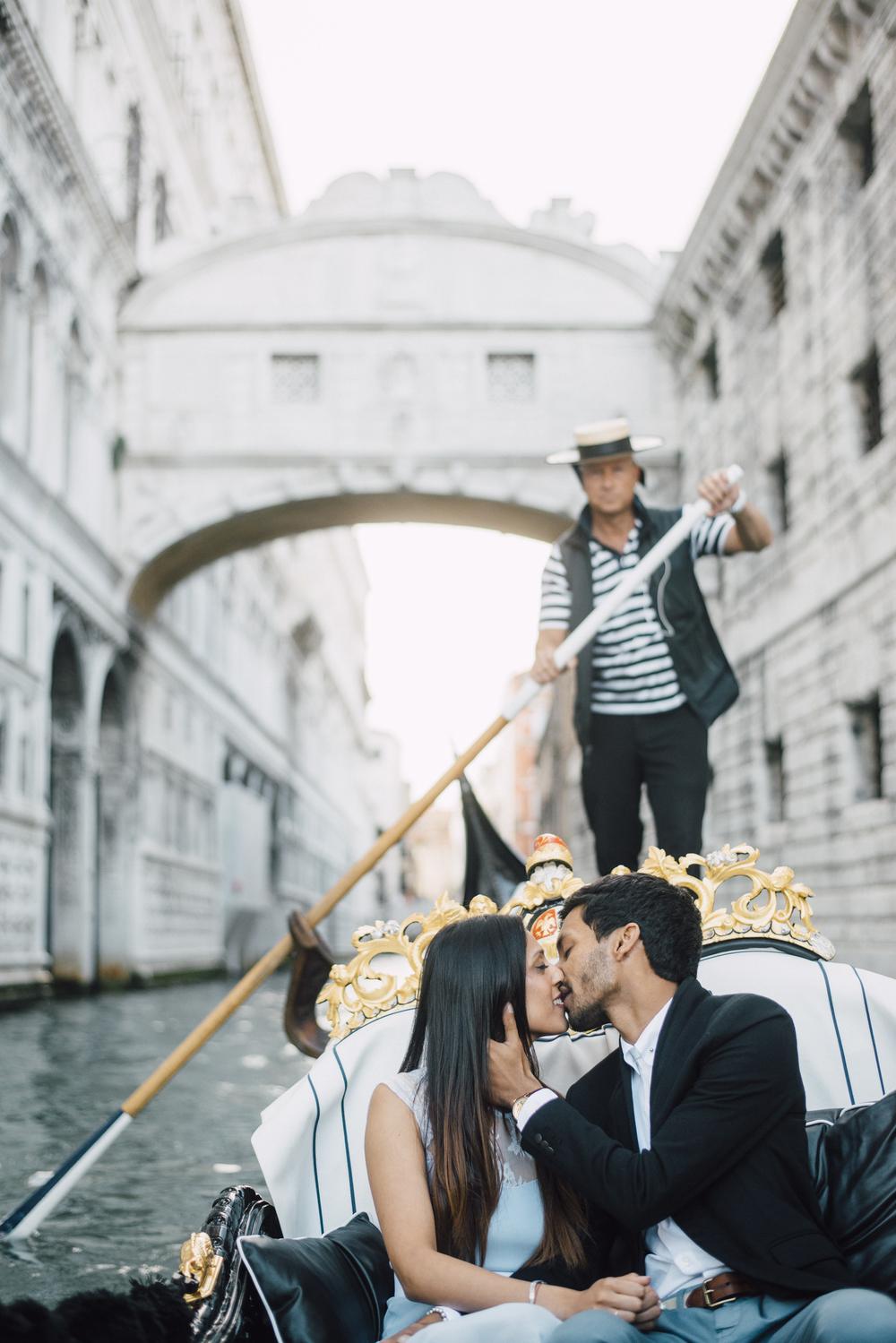 Beautiful gondola proposal in Venice