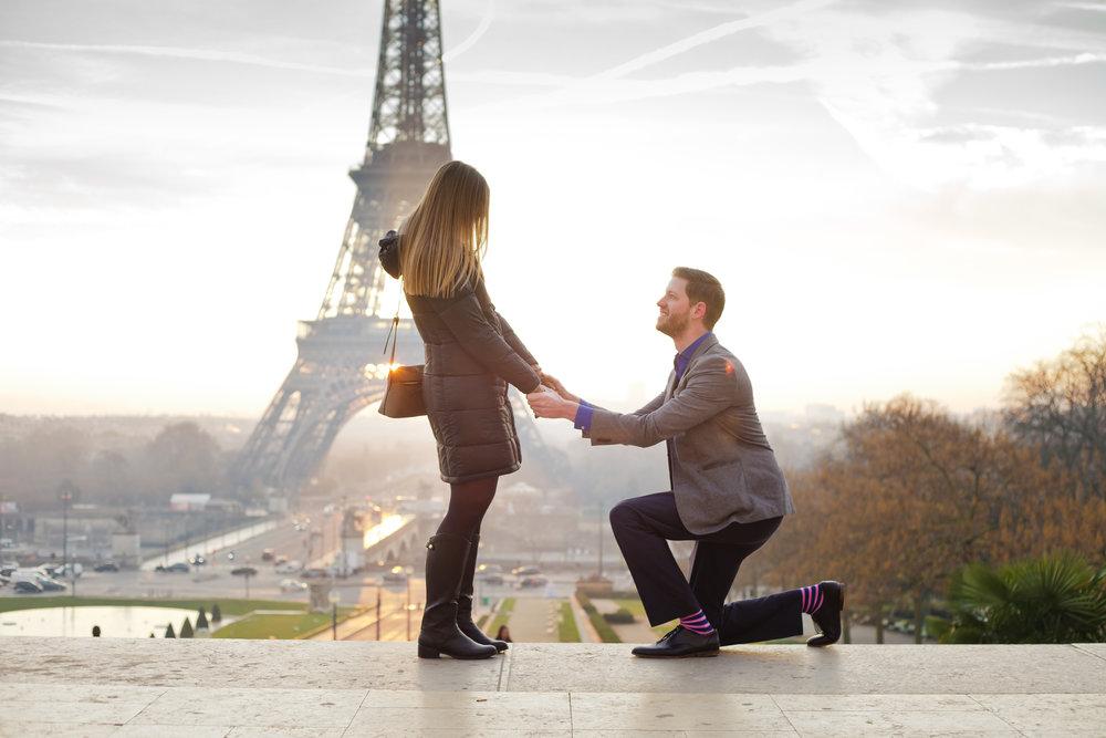 paris eiffel tower proposal photographer flytographer