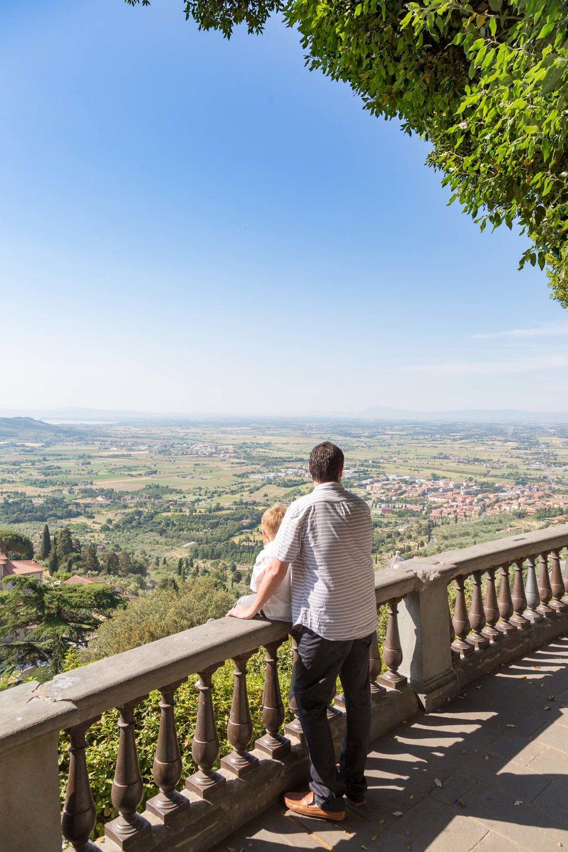 The Novi family in Tuscany Flytographer Emma