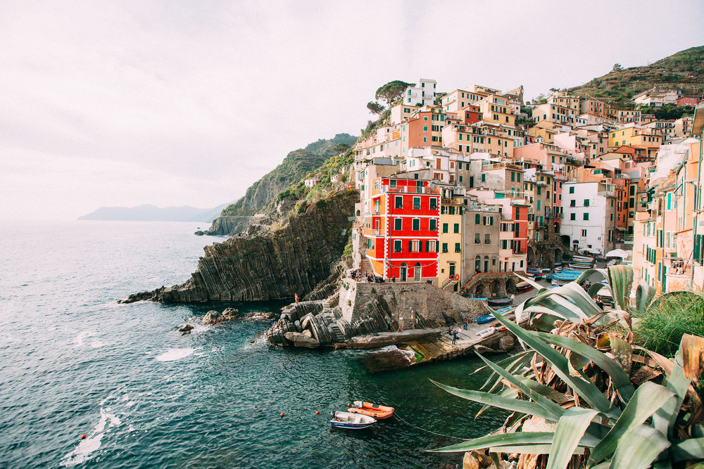 Deciding which coast to visit on your next getaway to Italy ? Click to find out if you should spend your vacation in Amalfi or Cinque Terre! | Hire a Vacation Photographer in Italy with Flytographer