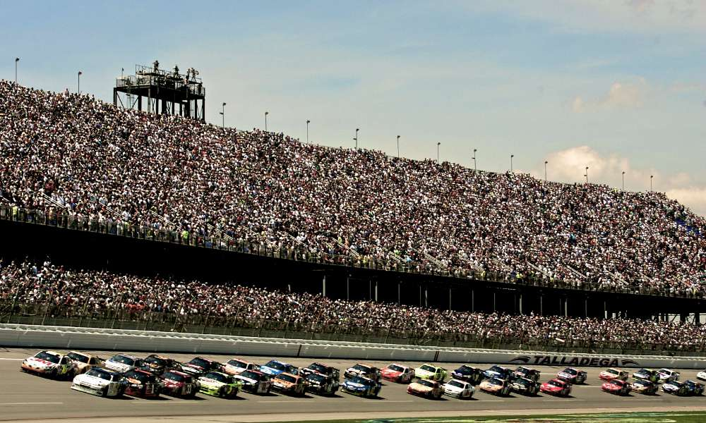 2009_talladega_april_nscs_start_of_race_action_full_stands.11652318.jpg