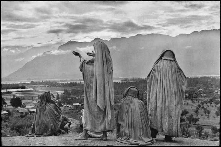 INDIA. Kashmir. Srinagar. Muslim women on the slopes of Hari Parbal Hill. 1948. © Henri Cartier-Bresson / Magnum Photos