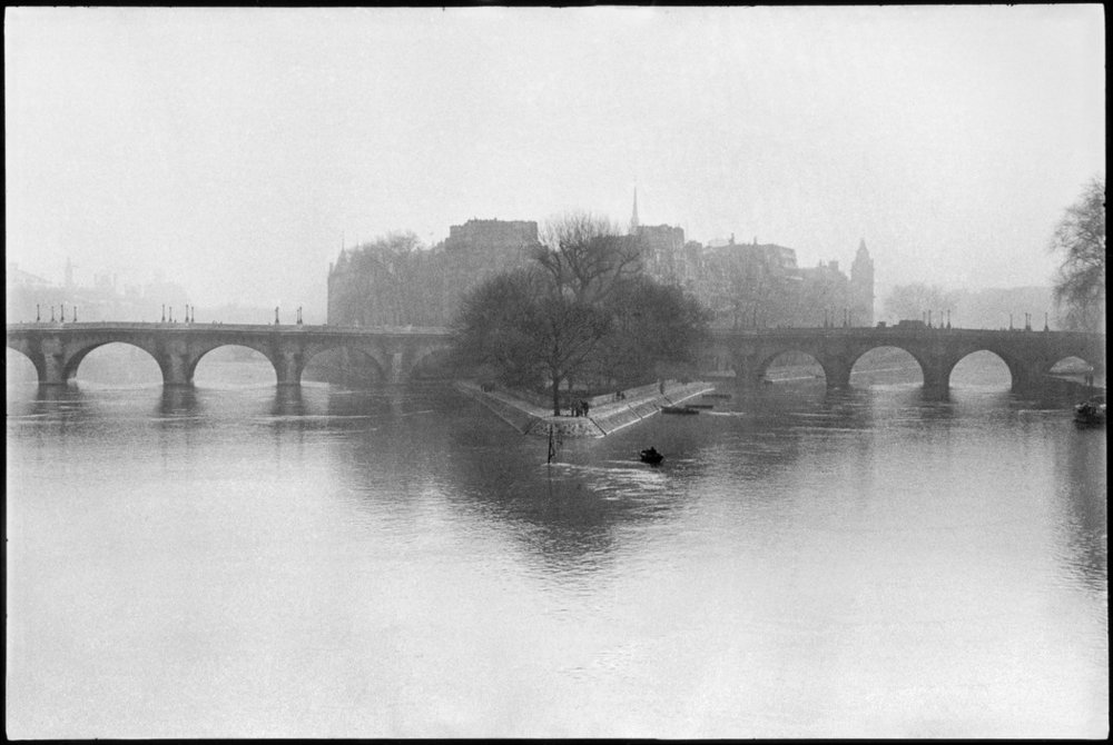 FRANCE. Paris. Ile de la Cité. Square of the Vert Galant and Pont-Neuf. 1951. © Henri Cartier-Bresson / Magnum Photos