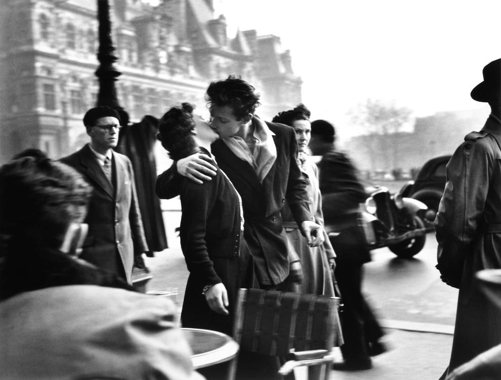 The Kiss, Presse féminine - devant l'hôtel Napoléon à Clamart - 1969.©Robert Doisneau