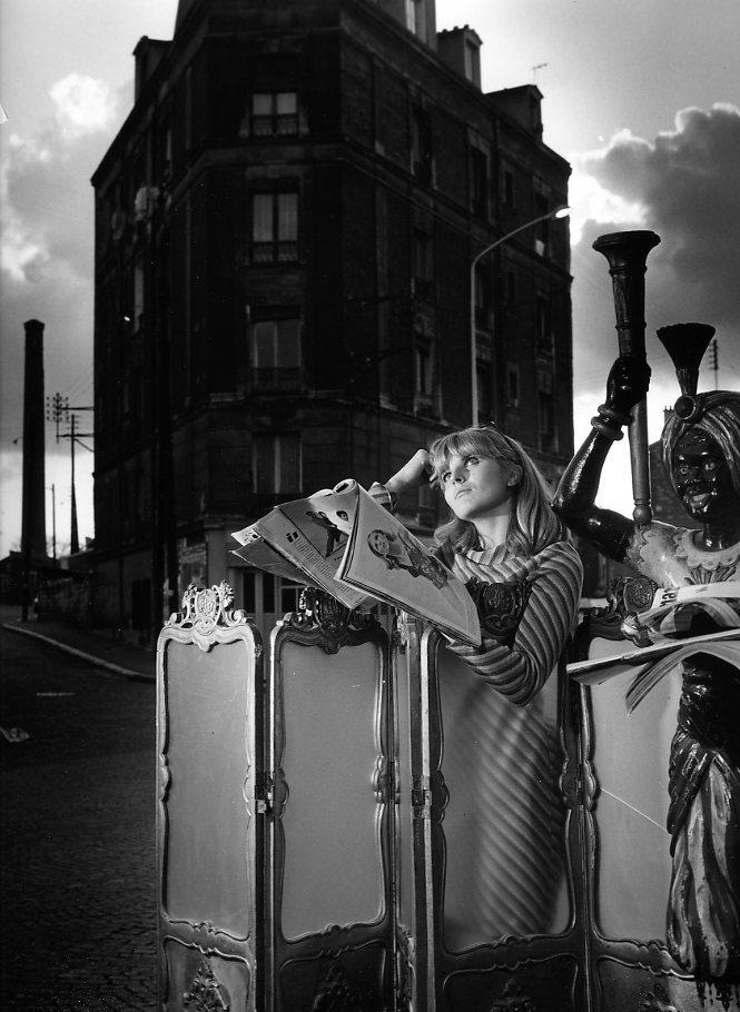 Presse féminine - devant l'hôtel Napoléon à Clamart 1969.©Robert Doisneau