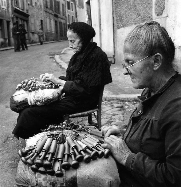 Dentellières au Puy Août 1950.© Robert Doisneau