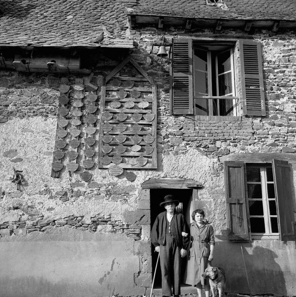 Les médailles, Sansac de Marnies, 1957.© Robert Doisneau
