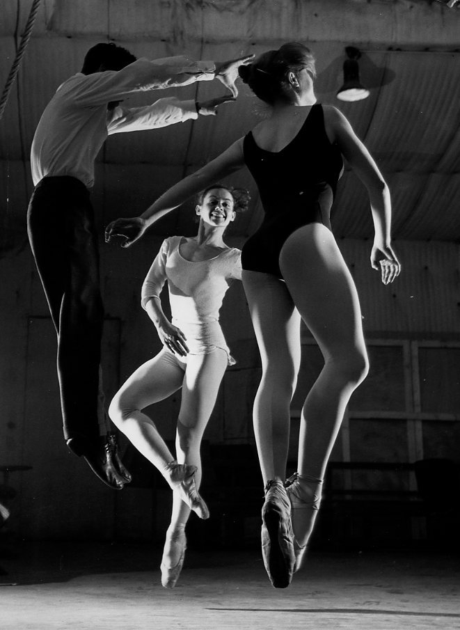 Jean Babilée en plein vol,1956.© Robert Doisneau