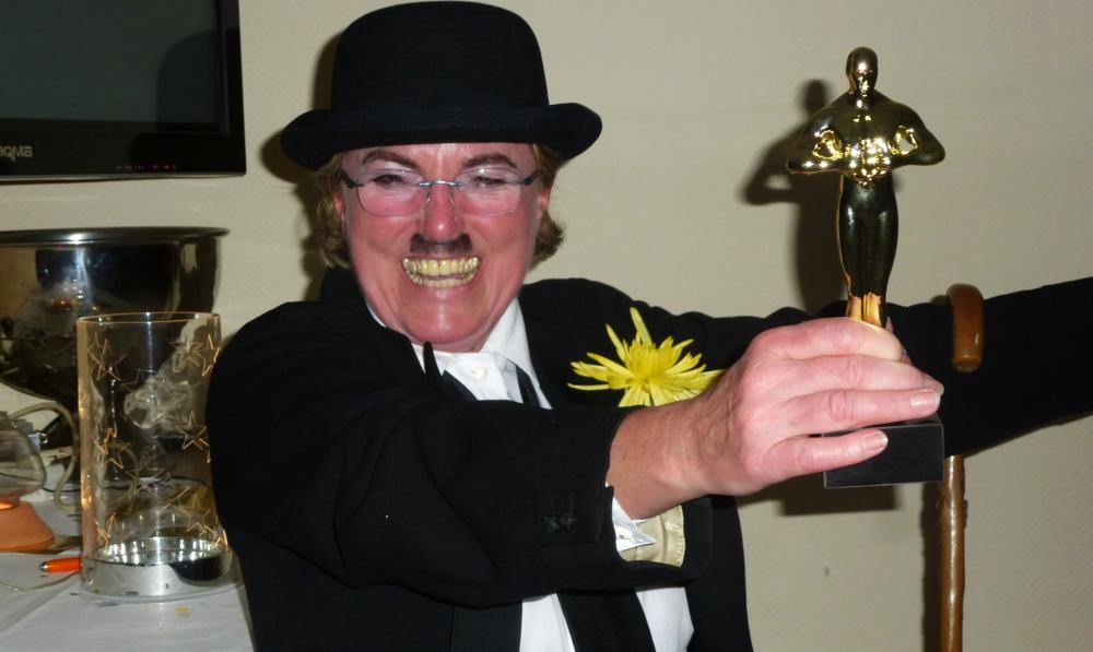 Iris Roggenkamp alias Charlie Chaplin erhält den Oscar