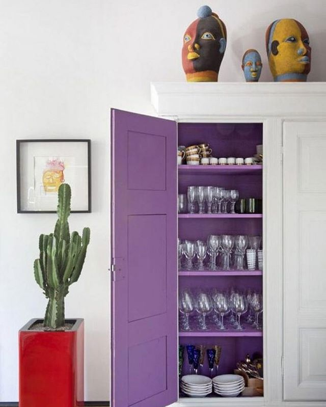 Love the color purple (bolder sister to Ultra Violet)? Here's a Sunday project for you: 'How to Incorporate Pantone's 2018 Color of the Year Into Your Home' and make it a little brighter over on @theinspiredhome_com (by YT) at the link in my profile. 💜 Photo: @pelizzari.interior.design #INSPIREDhome #purple #pantone #homedecor #organization