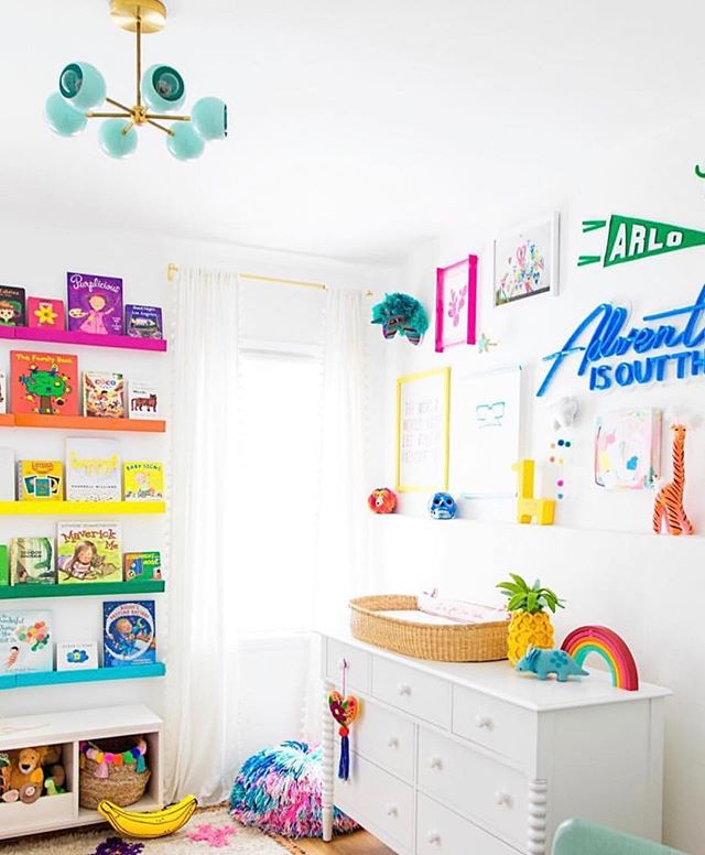 SOOOO much love for @studiodiy's baby Arlo's nursery 🌈 ...and those bookshelves are out of this 🌎!! Love everything about you guys, Kelly & Jeff! #nursery #shelfie #organization